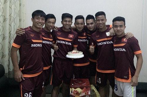 Mạnh Hùng đón sinh nhật bên đàn em Công Phượng ở U23 VN - 1
