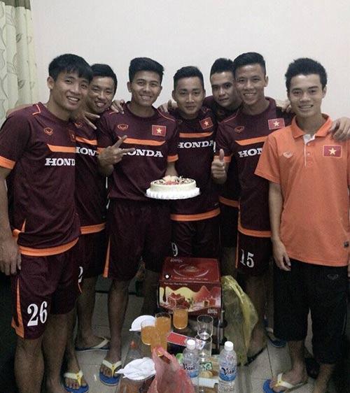 Mạnh Hùng đón sinh nhật bên đàn em Công Phượng ở U23 VN - 2
