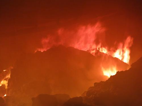 Bình Dương: Kho hàng 1.000m2 thành biển lửa - 2
