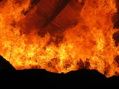 Bình Dương: Kho hàng 1.000m2 thành biển lửa - 1