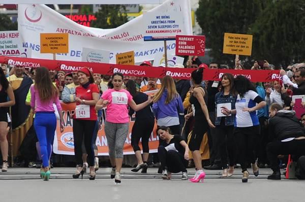 Thiếu nữ Thổ Nhĩ Kỳ thích thú chạy đua trên giày cao gót - 5