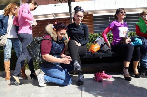 Thiếu nữ Thổ Nhĩ Kỳ thích thú chạy đua trên giày cao gót - 2