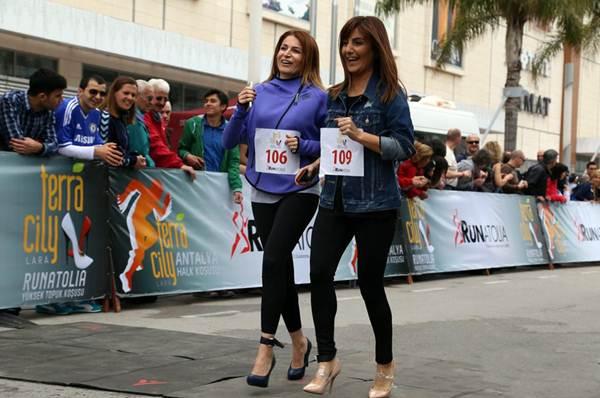 Thiếu nữ Thổ Nhĩ Kỳ thích thú chạy đua trên giày cao gót - 4