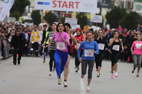 Thiếu nữ Thổ Nhĩ Kỳ thích thú chạy đua trên giày cao gót - 1
