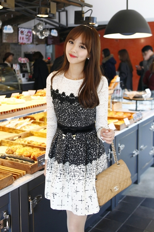 Những mẫu váy công sở trắng đen dễ mặc nhất - 6