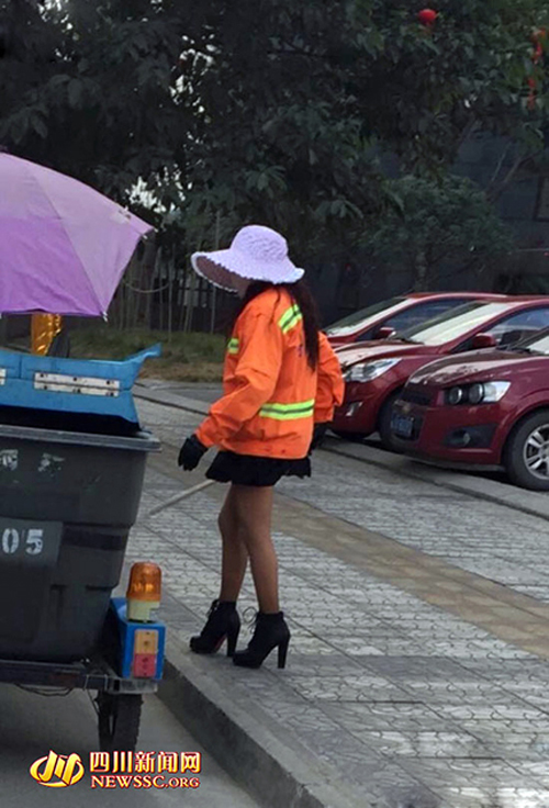 TQ: Chị lao công mặc váy ngắn, đi giày cao gây sốt - 1