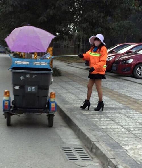 TQ: Chị lao công mặc váy ngắn, đi giày cao gây sốt - 2