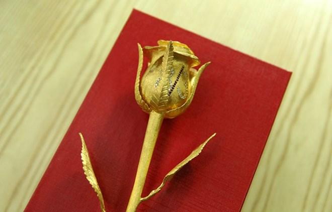 Hoa hồng vàng đính 46 viên kim cương làm quà 8/3 - 2