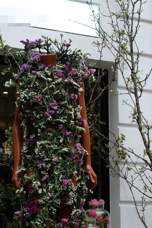 Chiếc váy kết từ hoa salem tại Hà Nội - 3