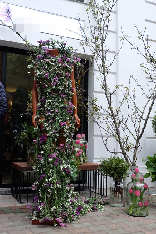 Chiếc váy kết từ hoa salem tại Hà Nội - 2