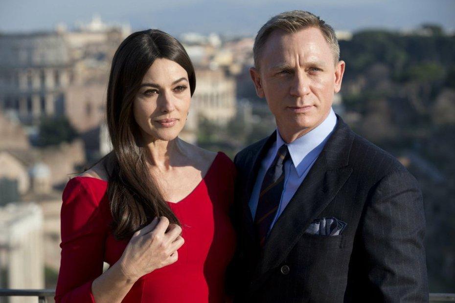 Những điều ít biết về cô đào U50 của James Bond - 2