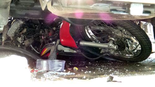 Dùng kích nâng xe Lexus, cứu người bị cuốn vào gầm - 3