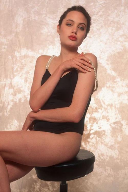 Tiếp tục lộ ảnh khêu gợi tuổi 16 của Angelina Jolie - 2