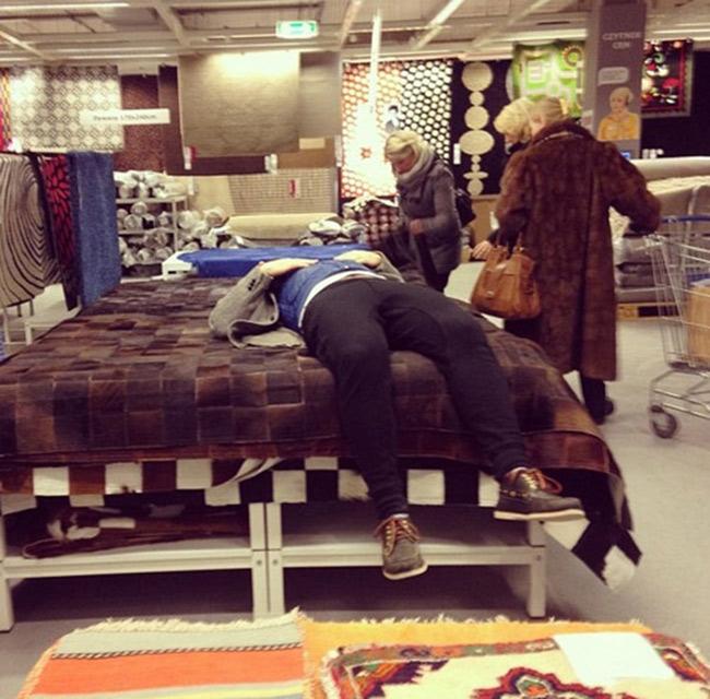Hài hước với hình ảnh các chàng đợi nàng shopping - 8