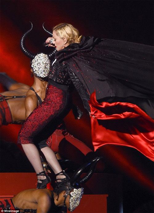 """Tranh cãi xung quanh chiếc áo """"phản chủ"""" của Madonna - 1"""