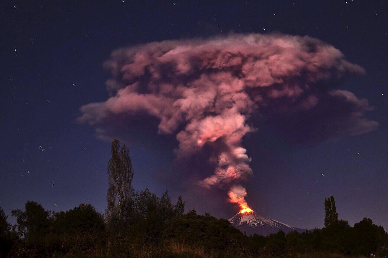 """Ảnh: Núi lửa Chile phun trào, """"đốt cháy"""" trời đêm - 3"""