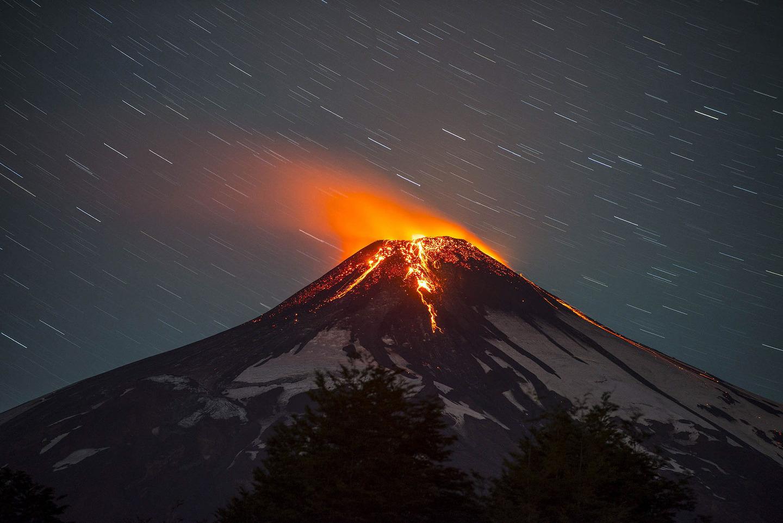 """Ảnh: Núi lửa Chile phun trào, """"đốt cháy"""" trời đêm - 4"""
