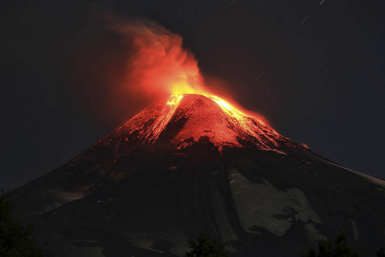 """Ảnh: Núi lửa Chile phun trào, """"đốt cháy"""" trời đêm - 7"""