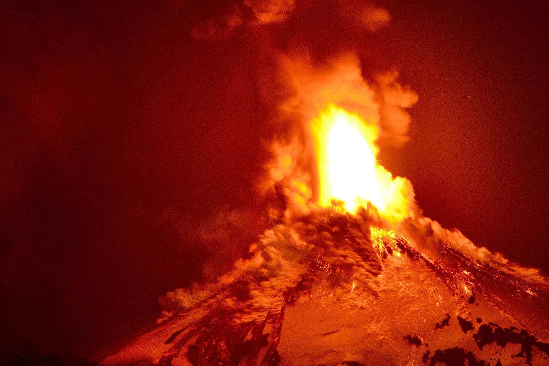 """Ảnh: Núi lửa Chile phun trào, """"đốt cháy"""" trời đêm - 8"""