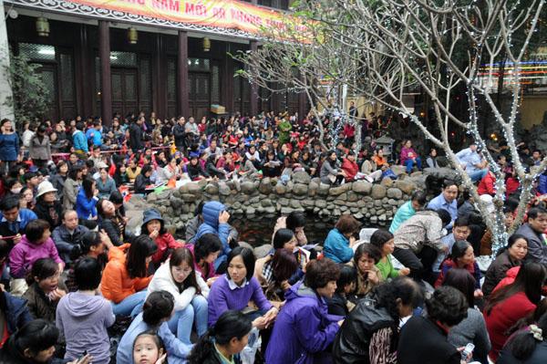 Người dân đổ về chùa Phúc Khánh dự lễ cầu an - 2