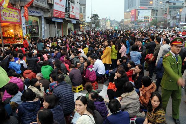 Người dân đổ về chùa Phúc Khánh dự lễ cầu an - 5