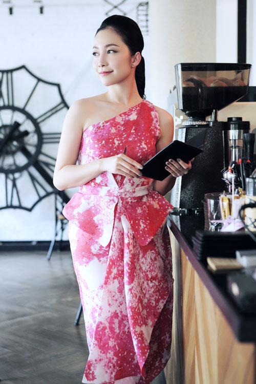 Linh Nga mặc váy xòe bồng đi chợ xuân - 7