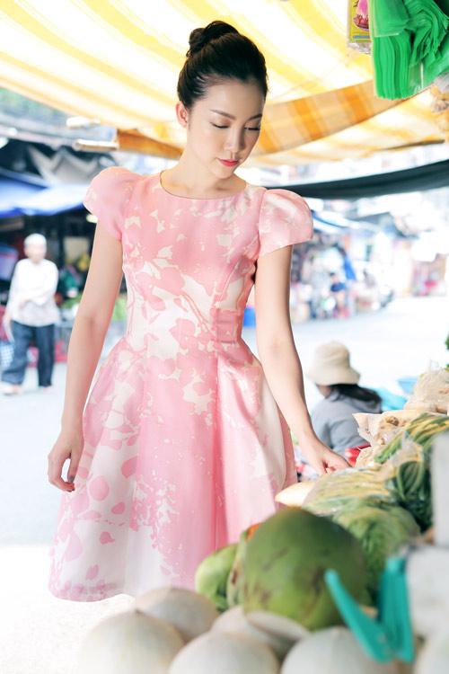 Linh Nga mặc váy xòe bồng đi chợ xuân - 2