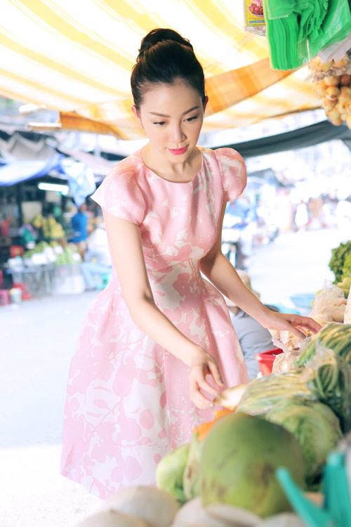 Linh Nga mặc váy xòe bồng đi chợ xuân - 1