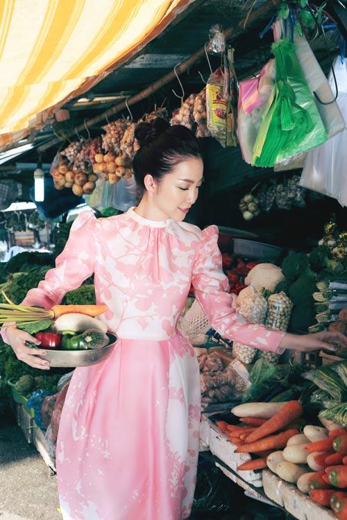 Linh Nga mặc váy xòe bồng đi chợ xuân - 3