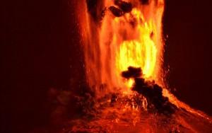 """Ảnh: Núi lửa Chile phun trào, """"đốt cháy"""" trời đêm"""