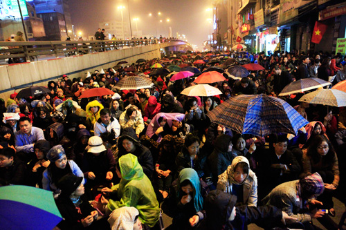 Đội mưa, leo mái nhà cầu an ở chùa Phúc Khánh - 1