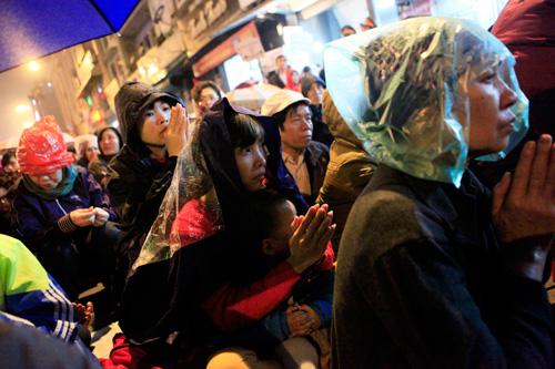 Đội mưa, leo mái nhà cầu an ở chùa Phúc Khánh - 2