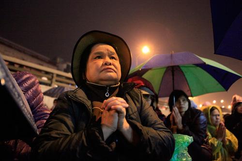 Đội mưa, leo mái nhà cầu an ở chùa Phúc Khánh - 4
