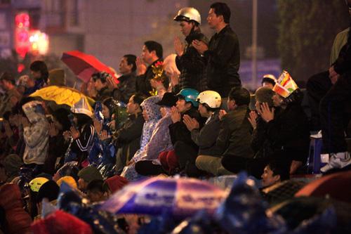 Đội mưa, leo mái nhà cầu an ở chùa Phúc Khánh - 3