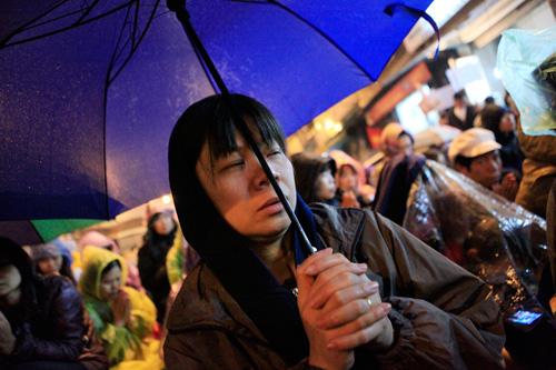 Đội mưa, leo mái nhà cầu an ở chùa Phúc Khánh - 7