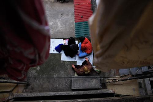 Đội mưa, leo mái nhà cầu an ở chùa Phúc Khánh - 10