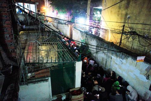 Đội mưa, leo mái nhà cầu an ở chùa Phúc Khánh - 12