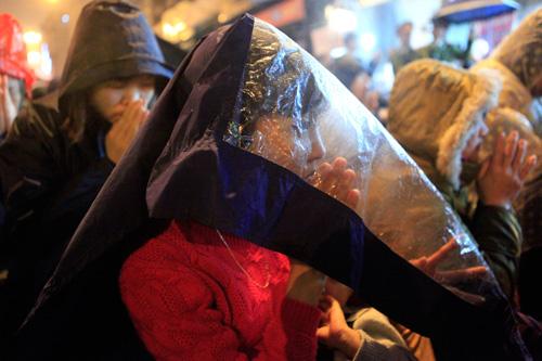 Đội mưa, leo mái nhà cầu an ở chùa Phúc Khánh - 6