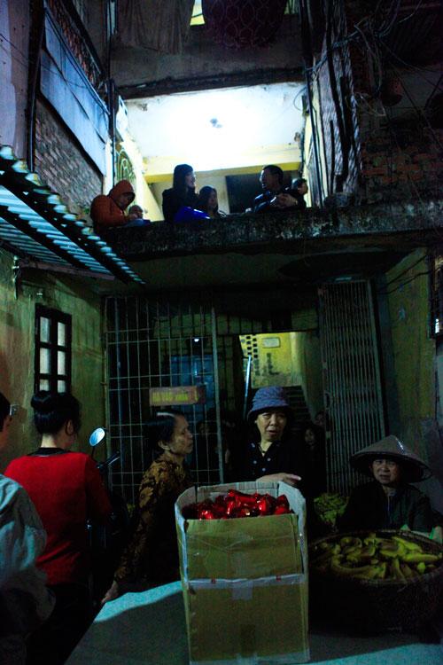 Đội mưa, leo mái nhà cầu an ở chùa Phúc Khánh - 11