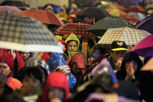 Đội mưa, leo mái nhà cầu an ở chùa Phúc Khánh - 8