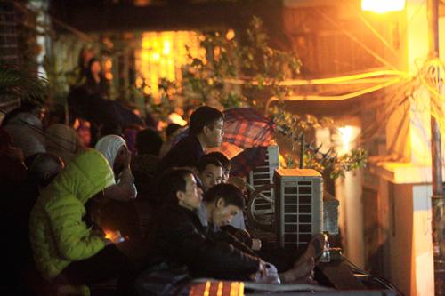 Đội mưa, leo mái nhà cầu an ở chùa Phúc Khánh - 14