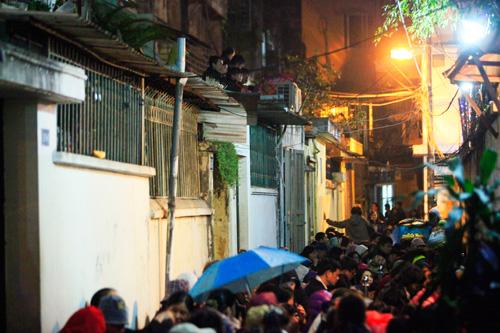 Đội mưa, leo mái nhà cầu an ở chùa Phúc Khánh - 13