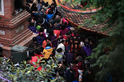 Đội mưa, leo mái nhà cầu an ở chùa Phúc Khánh - 17
