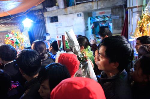 Đội mưa, leo mái nhà cầu an ở chùa Phúc Khánh - 19