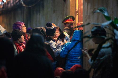 Đội mưa, leo mái nhà cầu an ở chùa Phúc Khánh - 16