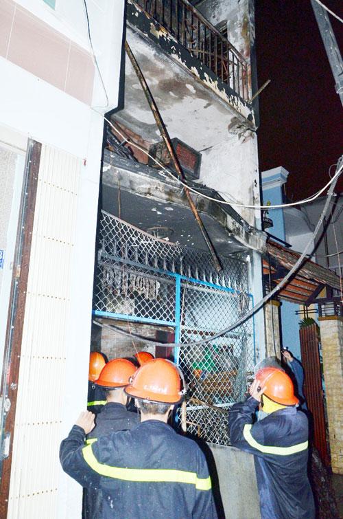 """Cháy nhà, 4 người """"phi thân"""" từ tầng 2 xuống đất - 1"""