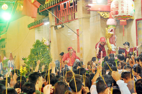 Bình Dương: Quá đông người đến lễ, chùa Bà mù mịt khói - 5