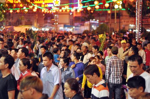 Bình Dương: Quá đông người đến lễ, chùa Bà mù mịt khói - 2