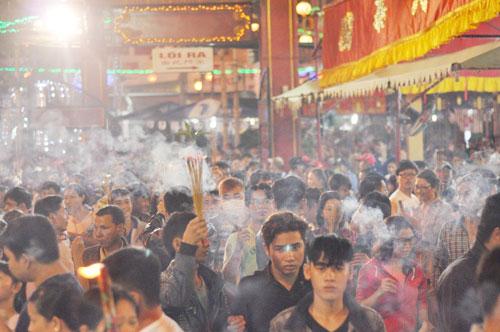 Bình Dương: Quá đông người đến lễ, chùa Bà mù mịt khói - 4