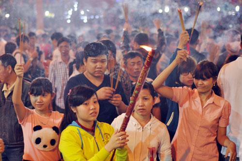 Bình Dương: Quá đông người đến lễ, chùa Bà mù mịt khói - 3
